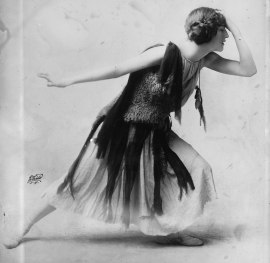 1024px-Violet_Romer_in_flapper_dress,_LC-DIG-ggbain-12393_crop