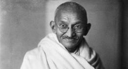 Mahatma-Gandhi_studio_1931